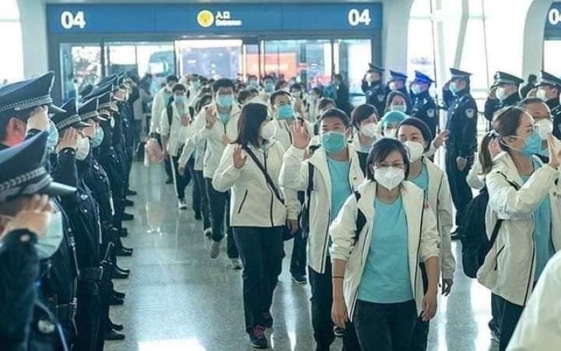 الصورة: بالفيديو.. كيف ودّع الصينيون الأطباء بعد انتهاء أزمة كورونا