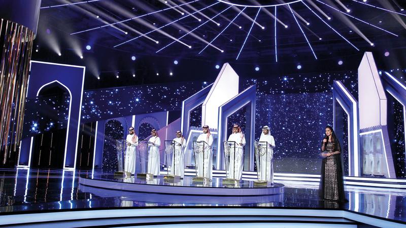 صورة جماعية للشعراء المتنافسين في الحلقة. من المصدر