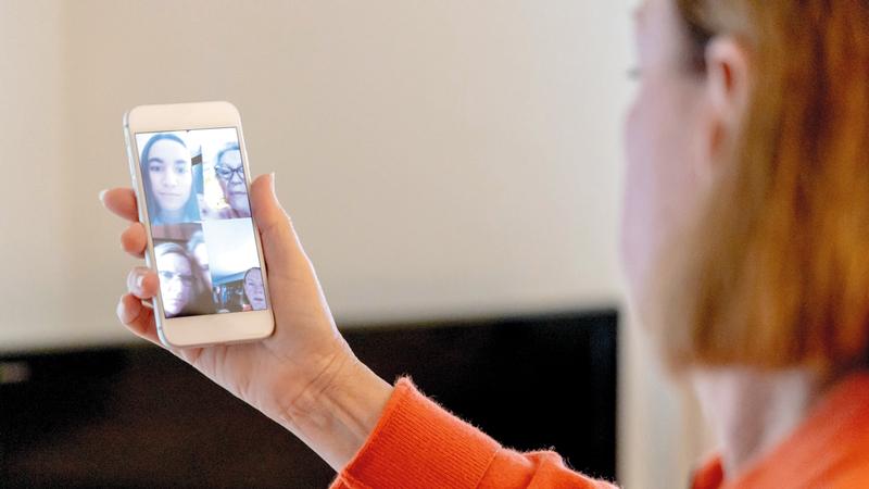برامج الاتصال المرئي وسيلة بديلة للقاء الأصدقاء وكسر حاجز العزلة.  أرشيفية