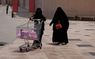 """الصورة: صدمة في السعودية بسبب بصق مصاب بـ""""كورونا"""" على عربات المتسوقين"""
