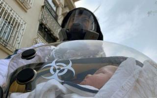 الصورة: أب صيني يبني حضّانة محمولة لحماية طفله الرضيع من فيروس كورونا