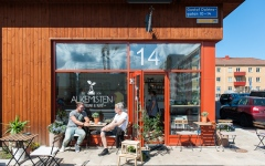 """الصورة: السويديون يستمتعون بأشعة الشمس متجاهلين خطر """"كورونا"""""""