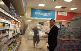 الصورة: بالصور: رهاب الجراثيم يدفع امرأة للتسوق داخل فقاعة بلاستيكية