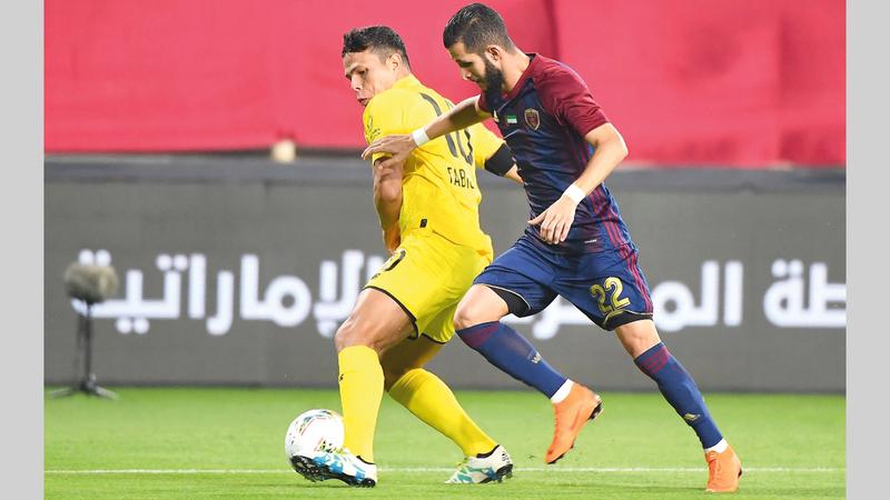 لاعب الوحدة الحسين صالح في حوار كروي مع الوصلاوي فابيو ليما. ■ الإمارات اليوم