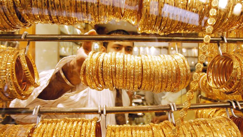 سعر غرام الذهب عيار 18 قيراطاً وصل إلى 148.75 درهماً. ■تصوير: باتريك كاستيلو