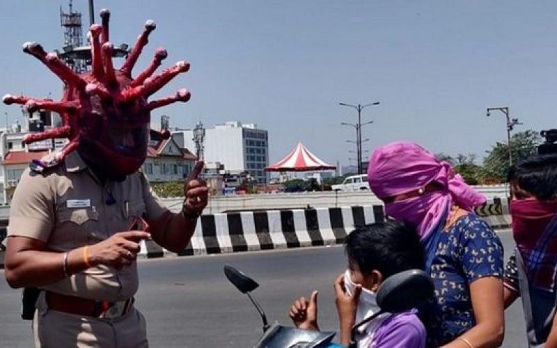 """الصورة: بالفيديو.. شرطي هندي يرتدي خوذة """"كورونا"""" لتوعية الناس"""