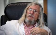 """الصورة: طبيب فرنسي يتبنّى علاجاً مثيراً للجدل لفيروس """"كورونا"""""""