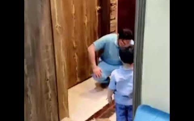 الصورة: بالفيديو.. طبيب سعودي يرفض حضن أبنه ويبكي خوفاً من كورونا