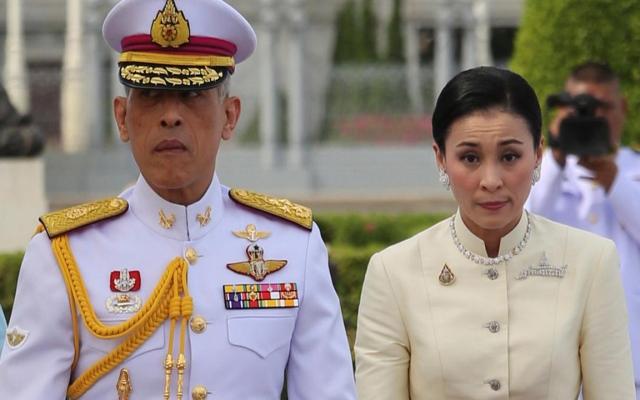 الصورة: ملك تايلند يعزل نفسه ويستأجر فندقاً المانياً فاخراً مصطحبا 20 من نسائه