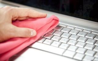 """الصورة: كل متى يجب تعقيم """"لوحة المفاتيح"""" أثناء العمل من المنزل؟"""