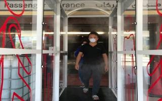 الصورة: بالصور.. بوابة ذكية لتعقيم مرتادي محطة الحافلات في أبوظبي