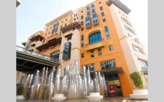 الصورة: اقتصادية دبي تُغرّم  3 صيدليات بالغت في أسعار الكمامات والمعقمات