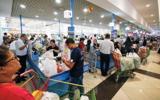 مستهلكون ينتقدون الازدحام وعدم تطبيق المسافات الآمنة في منافذ بيع