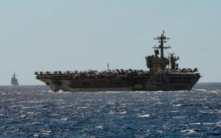 الصورة: البحرية الأميركية تخلي «تيودور روزفلت» بسبب «كورونا»