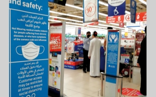 الصورة: منافذ بيع تتوسع في إجراءات الوقاية لحماية المتسوقين