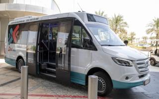 حافلات مجانية لنقل الكوادر الطبية في أبوظبي «من الباب إلى الباب»