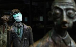 الصورة: بالصور.. تماثيل حول العالم بـ«الكمامة»