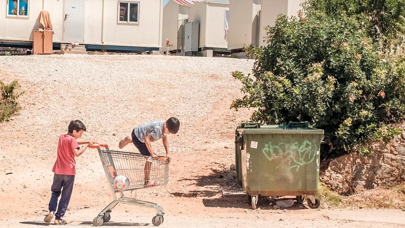 الأمهات والأطفال يفتقرون إلى الحاجات الأساسية في مخيمات اللجوء اليونانية. أرشيفية