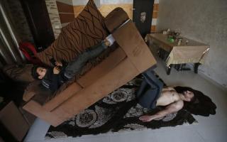 الصورة: بالصور.. رياضيون يتدربون في المنزل بطرق مبتكرة