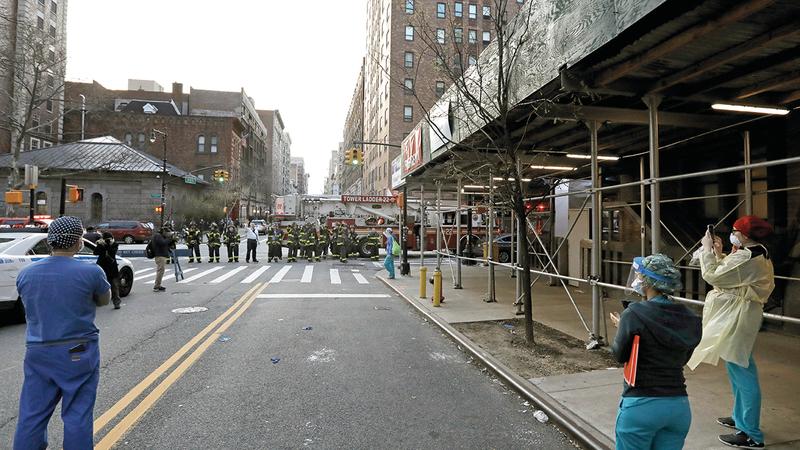 رجال إطفاء يتوقفون بسياراتهم لتحية طاقم مستشفى في نيويورك. إي.بي.إيه