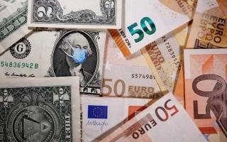 الدولار يرتفع مقابل معظم العملات