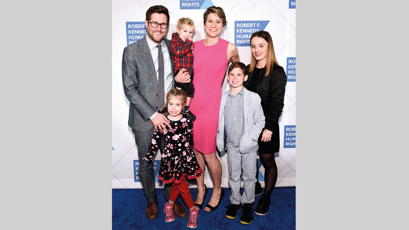 ماييف كينيدي مع زوجها ديفيد ماكين وأطفالهما. ■ أ.ف.ب