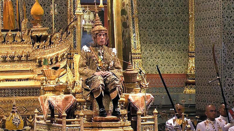 ملك تايلاند منفصل عن شعبه. ■ من المصدر
