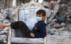 الصورة: النازحون يفضّلون منازلهم المدمرة على التعرض لـــ«كوفيد-19» في مخيمات إدلب