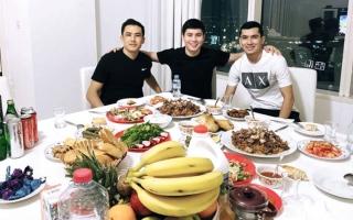 الصورة: مائدة رمضانية تجمع ثلاثي العين والشارقة وشباب الأهلي بعد «تخفيف القيود»