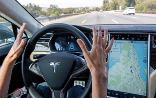 الصورة: «تسلا» تطلق تحديثاً جديداً لنظام القيادة الآلي