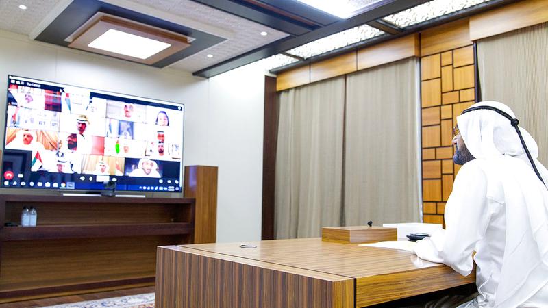 محمد بن راشد خلال ترؤسه اجتماع مجلس الوزراء الذي عقد بتقنية الاتصال المرئي (عن بُعد). وام