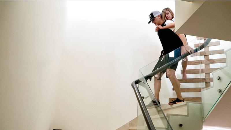 نيك واتسون وابنه ريو خلال التدريبات المنزلية.من المصدر