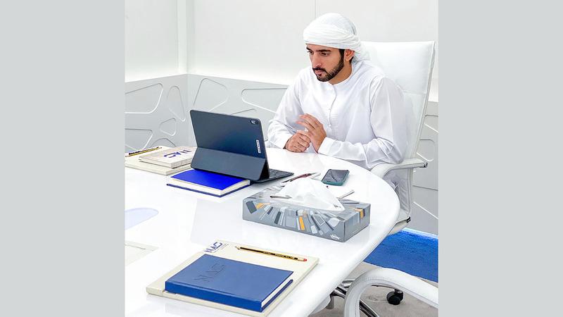 حمدان بن محمد خلال ترؤسه اجتماع «إدارة الأزمات والكوارث» في دبي.  من المصدر