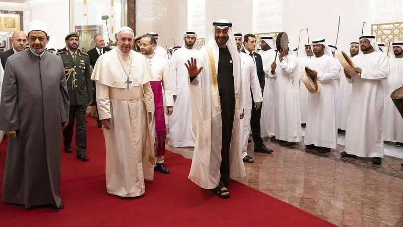 محمد بن زايد وشيخ الأزهر وبابا الكنيسة الكاثوليكية خلال توقيع وثيقة الأخوة الإنسانية في أبوظبي. أرشيفية