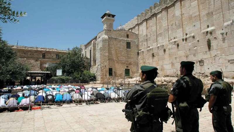 الاحتلال يقسم الحرم إلى قسمين منذ 1994.