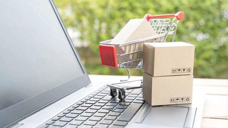 التوسع بقنوات إضافية للتسوّق الإلكتروني أسهم في تلبية متطلبات الكثير من المستهلكين الذين يفضلون البقاء في المنازل.  أرشيفية