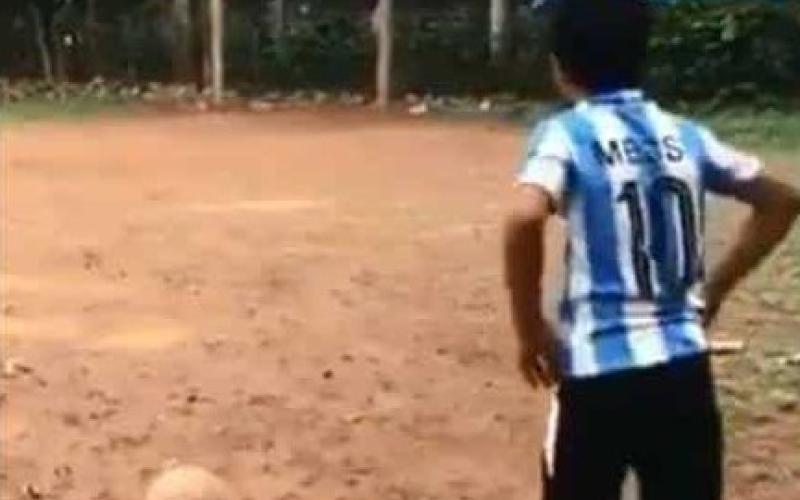 """الصورة: بالفيديو.. """"ميسي الهند"""" يسجل ركلة حرة على طريقة النجم الأرجنتيني"""
