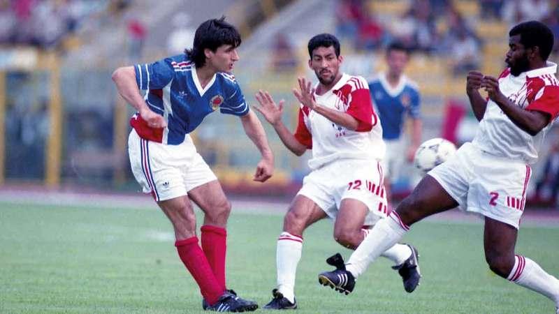 خليل مبارك وحسين غلوم (وسط) يحاولان إيقاف هجمة لمنتخب يوغسلافيا في مونديال 1990.   أرشيفية
