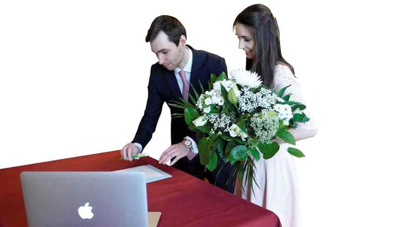 الزواج بلا ضيوف في زمن «كورونا». رويترز