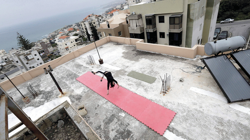 كارن ديب تتدرّب الجمباز على سطح منزلها.