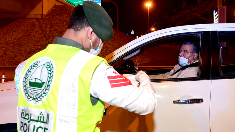 شرطة دبي حرصت على التوعية بالإجراءات الاحترازية.  تصوير: باتريك كاستيلو