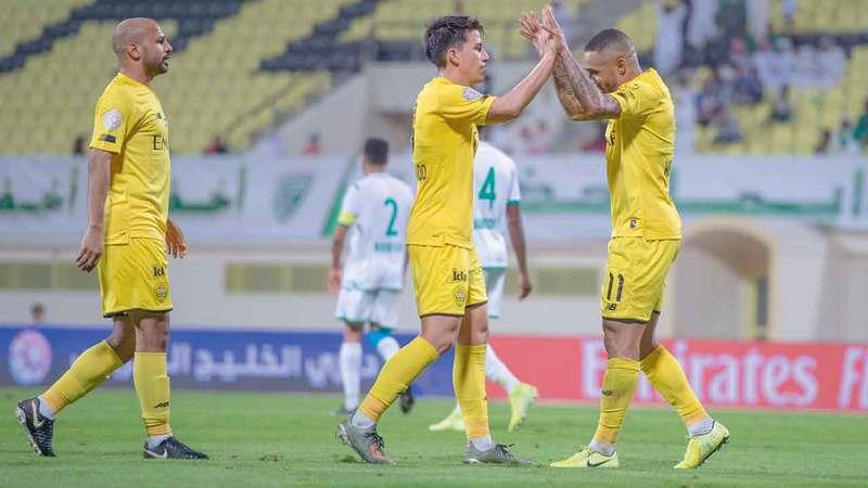 سواريز وغايبور وأحمد علي يحتفلون بأحد أهداف الوصل في الموسم الحالي. الإمارات اليوم
