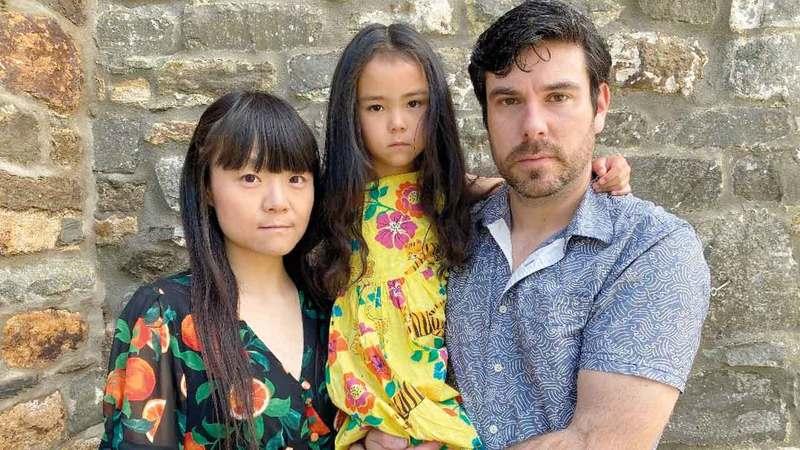 عائلة هنكس حيث تواجه الزوجة احتمال الإبعاد في أغسطس المقبل. من المصدر
