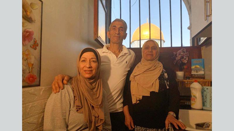 عائلة أبونجمة تتشبث بمنزلها رغم إغراءات الاحتلال. الإمارات اليوم