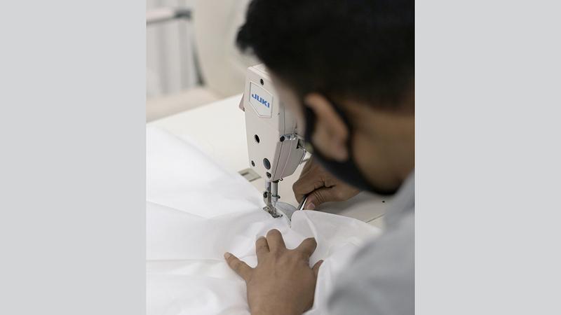 50 خياطاً يشاركون في تنفيذ الملابس الطبية. من المصدر