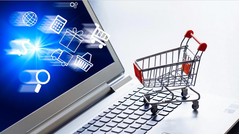 مستهلكون أكّدوا أنهم باتوا يتسوّقون عبر الإنترنت خوفاً من الخروج وانتقال الفيروس. أرشيفية