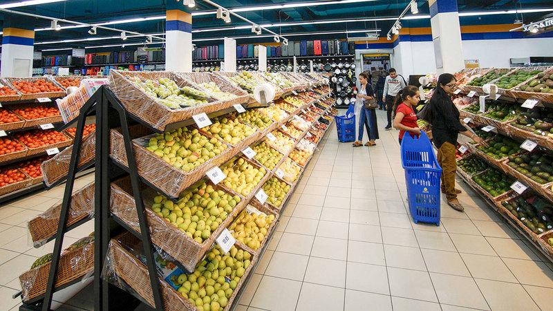 عروض تخفيضات العيد تشمل سلعاً أساسية مثل الدواجن والخضراوات الفاكهة. تصوير: أشوك فيرما