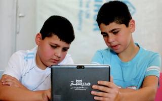 الصورة: «مدرسة في 1000 قرية» توفر محتواها التعليمي للاجئين بالأردن