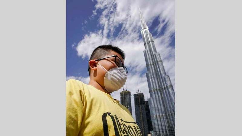 عدم ارتداء الكمامات يعرض الإنسان لكثير من رذاذ السوائل الأنفية المحملة بالفيروسات.  تصوير: أشوك فيرما