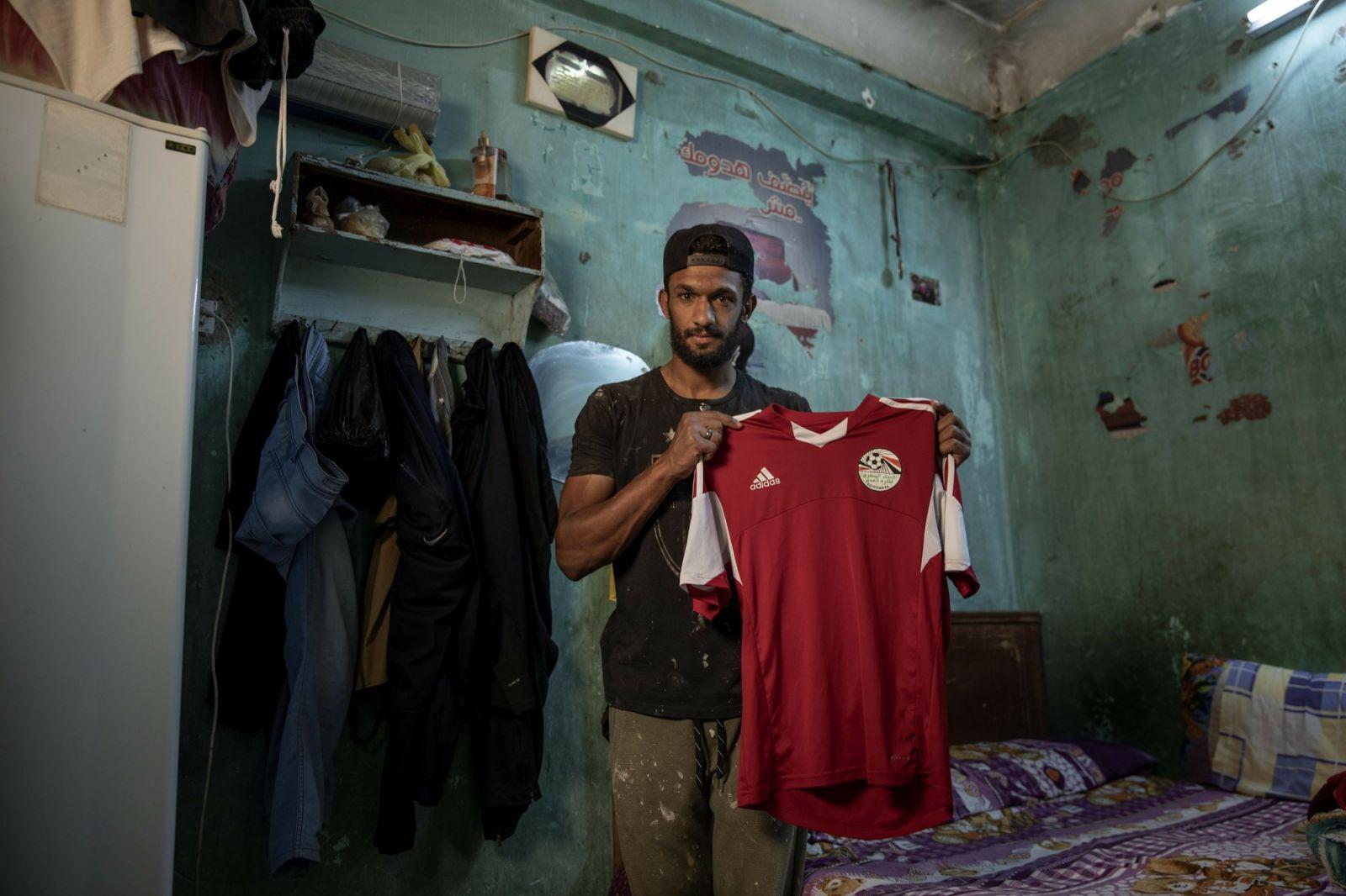 اللاعب بزي عامل البناء يرفع قميص ناديه